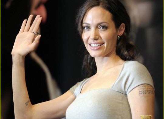 angelina-jolie-japan-juicy-03