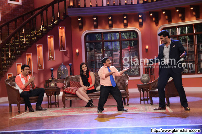 03-2states-cast-on-the-sets-of-comedy-night-with-kapil