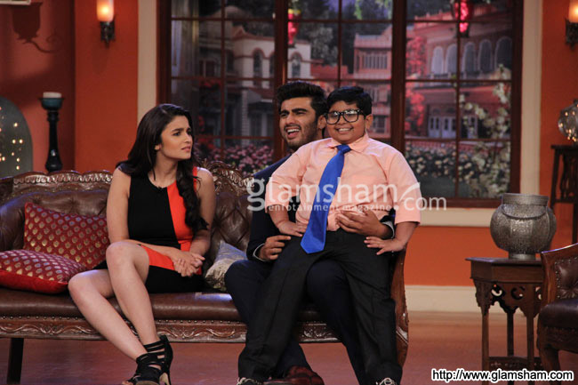 04-2states-cast-on-the-sets-of-comedy-night-with-kapil