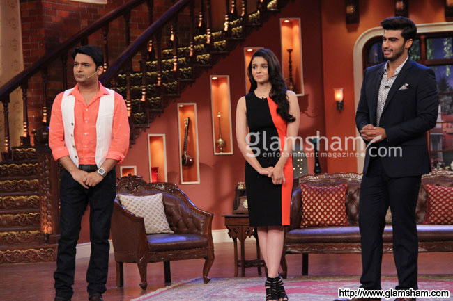 07-2states-cast-on-the-sets-of-comedy-night-with-kapil