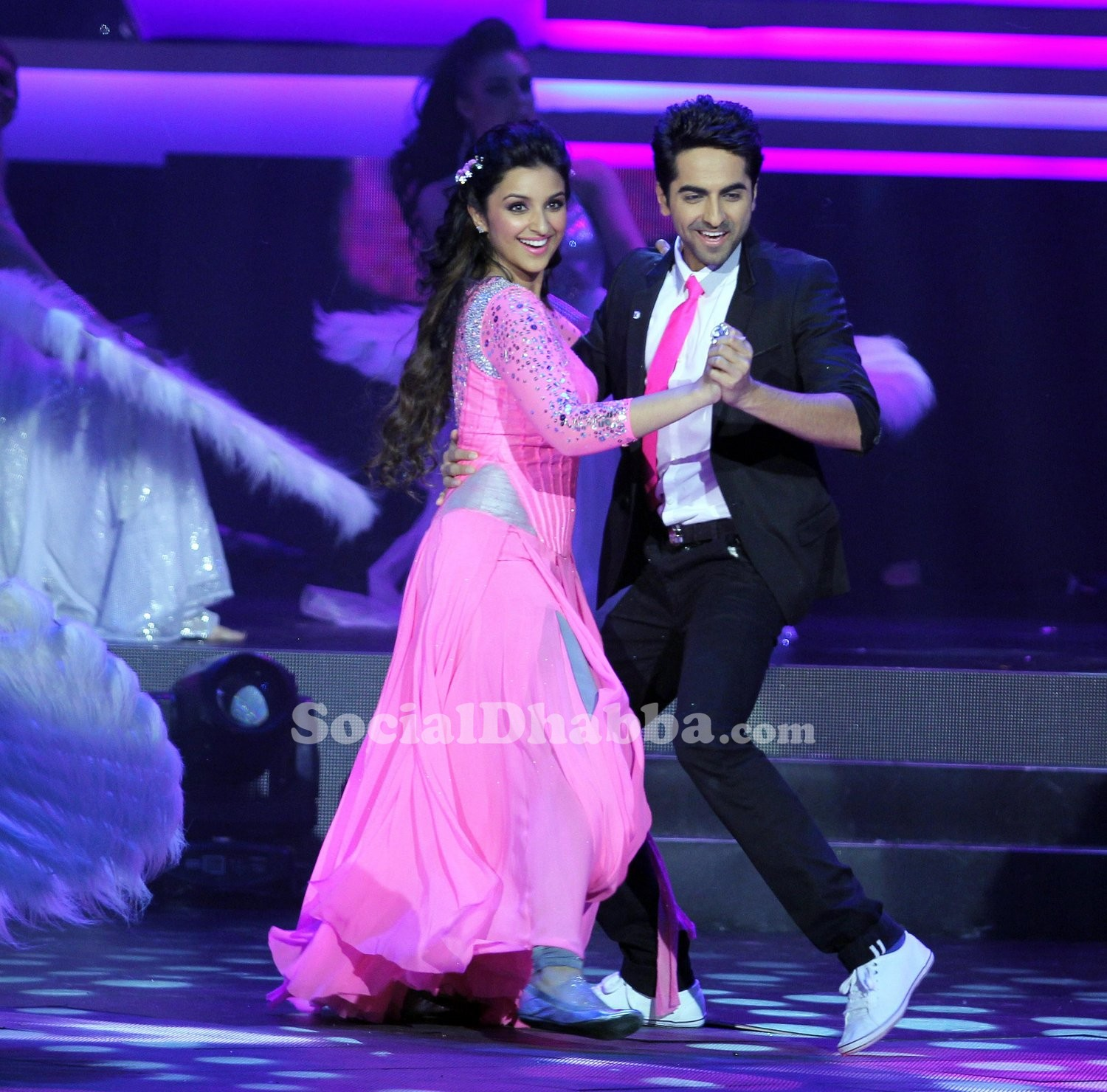 Parineeti-Chopra-Ayushmaan-Khurana-perform-at-the-14th-Tata-Motors-IIFA-Awards